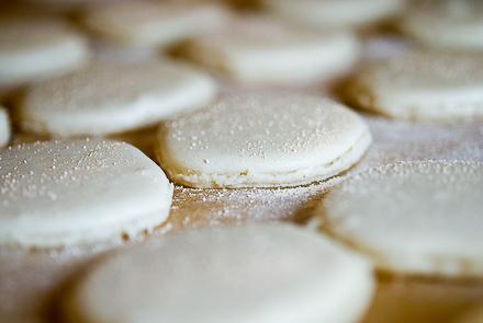 white-truffle-macarons-6
