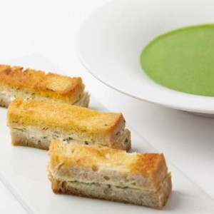 Spinach soup with garlic toasts