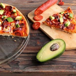 Pizza légère au chorizo, feta, oignon rouge et avocat